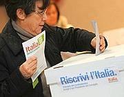Seggi elettorali per le primarie del PD brescia 25 novembre 2012 (Ansa)
