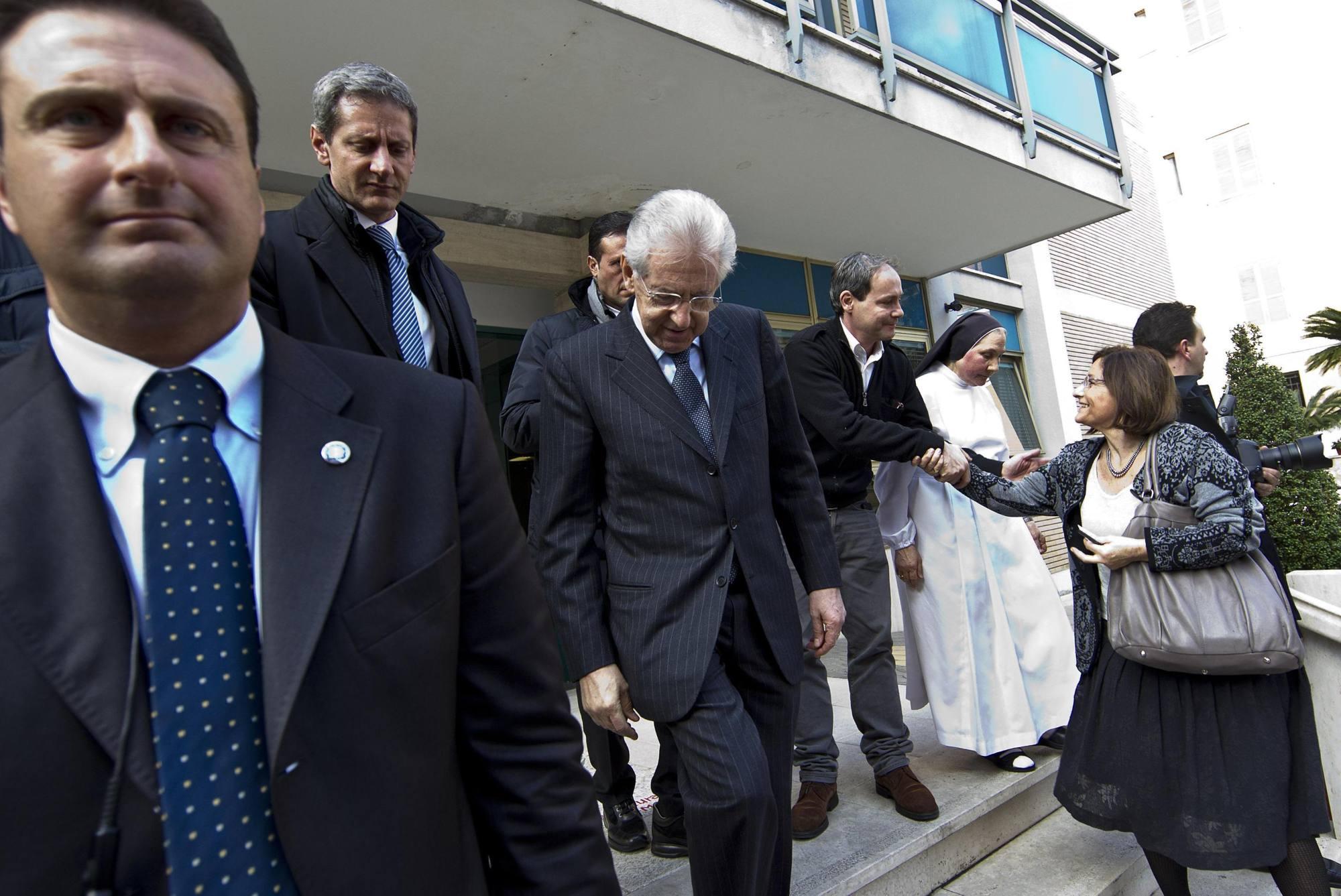 Mario Monti fuori dalla clinica (Ansa)