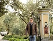 Un amico di Calevo davanti alla villa vicino a Lerici (Ansa)