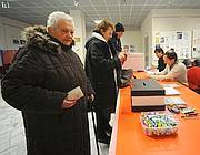 Al seggio in una sezione del Pd (Fotogramma)