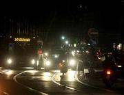 Le vie di Napoli illuminate solo da fari e vetrine