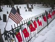 Decorazioni di Natale a un altare improvvisato per i bimbi della Sandy Hook (Reuters/Latif)