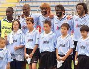 I giocatori del Treviso con il volto dipinto. Omolade � il primo a sinistra