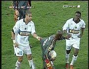 Zoro non ci sta più: Adriano e Martins provano a consolarlo (Sky, 28 novembre 2005)