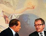 Silvio Berlusconi con Roberto Maroni nella sala stampa di Palazzo Chigi nel 2011. (Ansa/Maurizio Brambatti)
