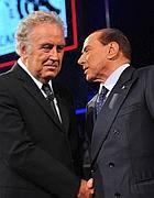 La stretta di mano tra Berlusconi e Santoro (Afp)