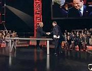 La stretta di mano tra Santoro e Berlusconi