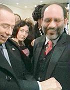 LO scatto diffuso su Twitter di Berlusconi che mima  le manette con l'ex pm  Ingroia (Ansa)