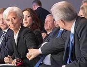 Monti a Davos saluta Chirstine Lagarde, direttore del Fmi (Reuters)