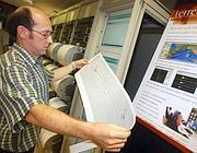 Un geologo dell'Istituto nazionale di geofisica e vulcanologia (Ansa)