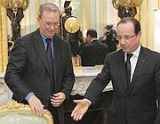 Il numero uno di Google, Eric Schmidt, e il presidente francese Francoise Hollande  (Afp)