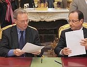 La firma dell'intesa tra il presidente di Google Eric Schmidt e Fran�ois Hollande, presidente francese (Ap)