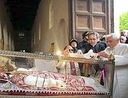 L'omaggio di Benedetto XVI a Celestino V nella cripta, a Sulmona