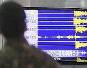 Un soldato sudcoreano osserva un monitor che riporta onde sismiche  dopo il test nordcoreano di martedì (Ap/Jin-man)