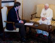 Benedetto XVI con il suo biografo Peter Seewald (Afp)