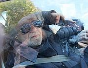 Beppe Grillo esce con la moglie in auto dalla villa di Sant'Ilario (Ansa)