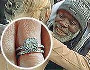 Billy Ray Harris abbracciato dalla donna cui ha restituito l'anello