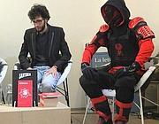 Lo scrittore Silvestro Ferrara assieme ad un «supereroe» durante la presentazione del suo libro
