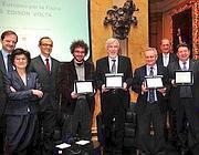 Una foto della premiazione del concorso europeo per la Fisica Edison-Volta andato ai direttori del Cern di Ginevra Rolf Dieter Heuer, Stephen Myers e Sergio Bertolucci, premiati a Villa Erba Antica, a Cernobbio