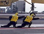 Le manovre dei controllori dei voli sulla portaerei Liaoning