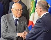 Stretta di mano tra il presidente della Repubblica Giorgio Napolitano e il premier Enrico Letta (Afp/Pinto)