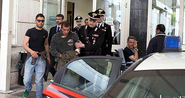 L'attentatore Luigi Preiti esce dal pronto soccorso (Proto)