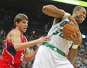 Collins ( a des.) durante un match dei Boston Celtics (Reuters)