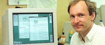 Tim Berners-Lee davanti a due delle prime pagine web create dal Cern