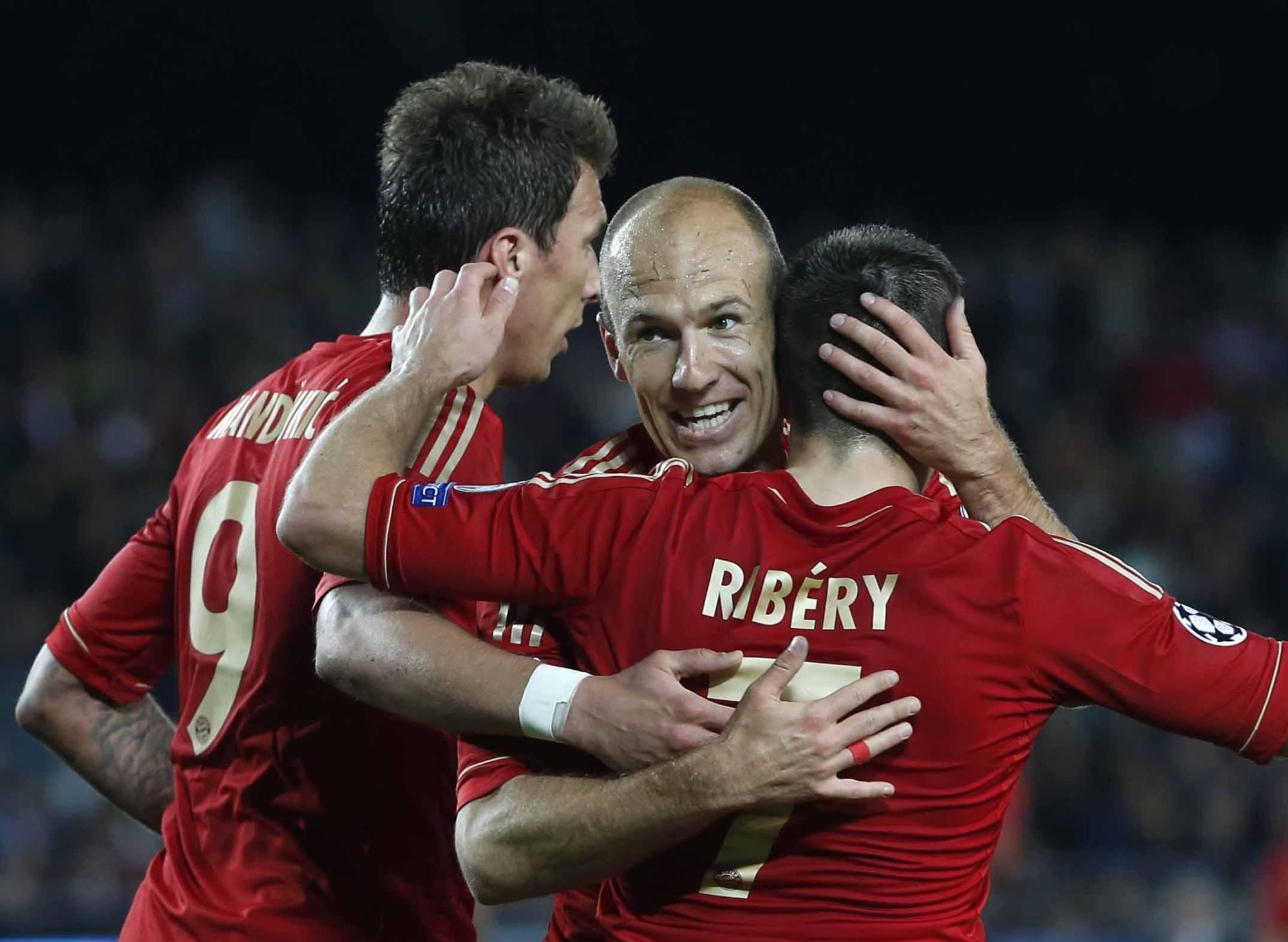 La gioia di Robben e compagni dopo lo 0-3 al Camp Nou contro il Barcellona