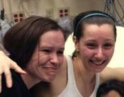 Amanda Berry, a destra, dopo la liberazione con la sorella Beth (Ap)