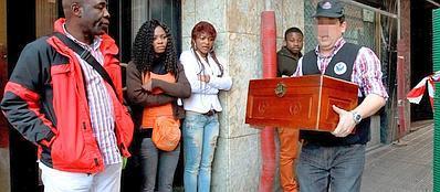 Un poliziotto esce con una scatola dall'edificio di Bilbao dove sono stati ritrovati resti umani (Epa/Aldai)