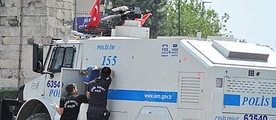 Gli agenti caricano con le taniche blu un idrante