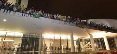 Il tetto del Parlamento di Brasilia occupato dai manifestanti (Epa)