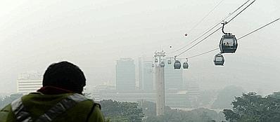 Singapore avvolta da una cappa di smog (Afp)