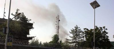 Il fumo dopo le esplosioni nel centro di Kabul (Epa)
