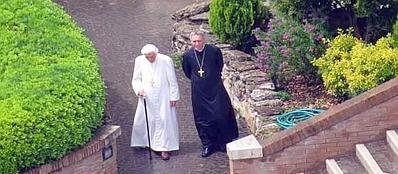 Papa Ratzinger, di nuovo in Vaticano, passeggia in Vaticano assieme a monsignor Georg Gänswein
