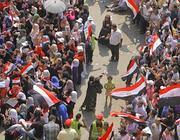 Volontari cercano di separare uomini e donne in piazza Tahrir per evitare molestie sessuali (Ap/Nabil)