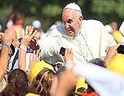 Il Papa saluta la folla durante la visita a Lampedusa (Corbis)