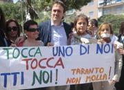 Al centro, il presidente dei Verdi, e consigliere comunale a Taranto, Angelo Bonelli