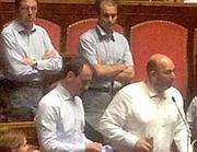 Crimi e gli altri senatori M5S si tolgono la giacca per protesta (Ansa)