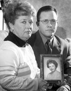 La sorella e il nipote di Mary Sullivan con una foto della vittima (Boston Globe)