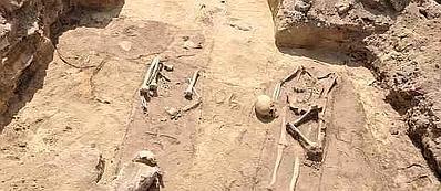Gli scheletri con la testa fra le gambe trovati in Polonia
