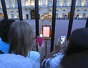 Palazzo Reale, in tanti fotografano l'annuncio ufficiale della nascita del royal baby