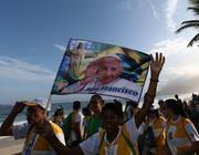 Un gruppo di giovani pellegrini sulla spiaggia di Ipanema  (Epa)