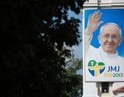 Il poster del Papa sul muro della chiesa Nostra Signora della Pace a Rio de Janeiro (Afp)