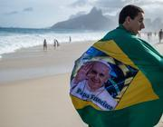 Un pellegrino sulla spiaggia di Ipanema (Afp)