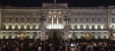 Folla davanti a Buckingham Palace, a Londra, dopo l'annuncio della nascita del Royal Baby (Ap)