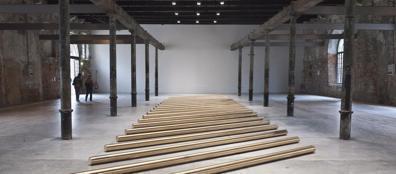 La grande installazione geometrica dell'artista statunitense Walter De Maria alla Biennale (LaPresse)