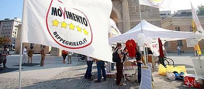 Un gazebo dei Cinque Stelle a Milano (Fotogramma)