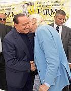 L'abbraccio tra Berlusconi e Pannella (Ansa/Percossi)